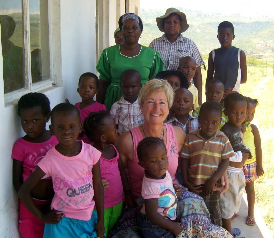 Hilfe für Waisenkinder in Südafrika - Vereinsgründerin Helga Josche mit einigen der untersterstützten Kinder