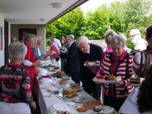 Die Frauen der kfd Wilnsdorf organisierten am 22. Juli einen Kuchenverkauf für die Waisenkinder in Südafrika.